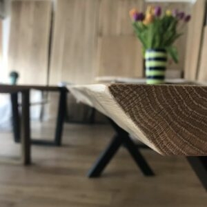 Tisch aus Eiche mit Baumkante