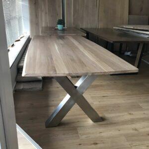 Tisch aus Eiche mit Edelstahl-Beinen